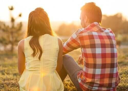 günbatımında oturan çift
