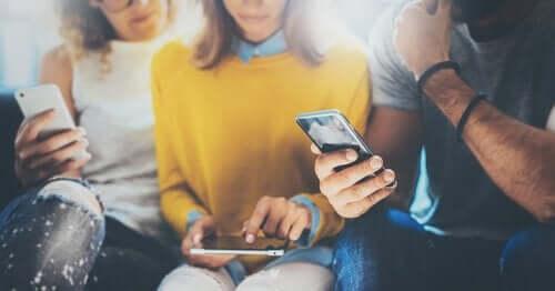 akıllı telefonlarıyla vakit geçiren gençler