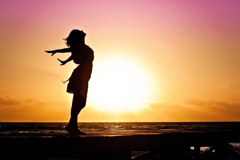 günbatımında gerinen kadın