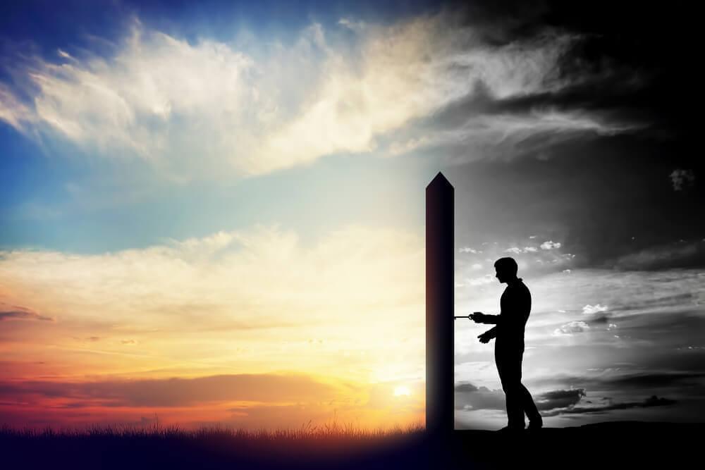 güneş batarken bir dikite anahtar sokan adam