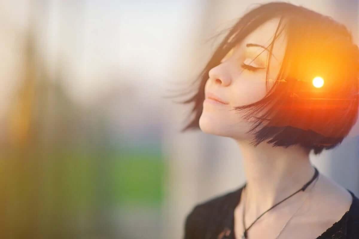 günbatımı kafalı huzurlu kadın