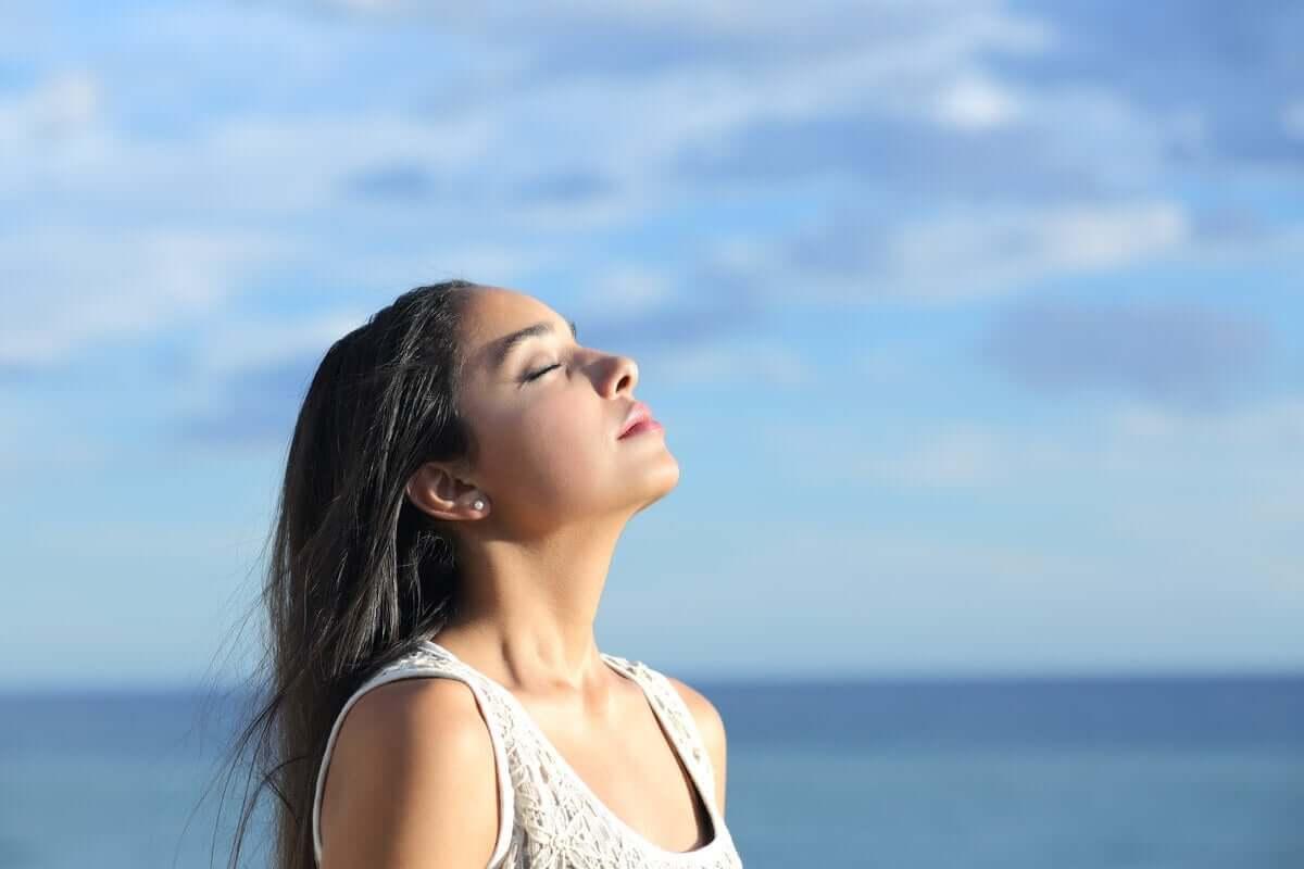 gözleri kapalı güneşe dönmüş kadın