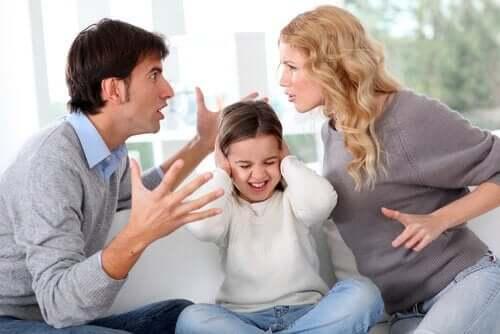 çocuklarının önünde kavga eden anne baba