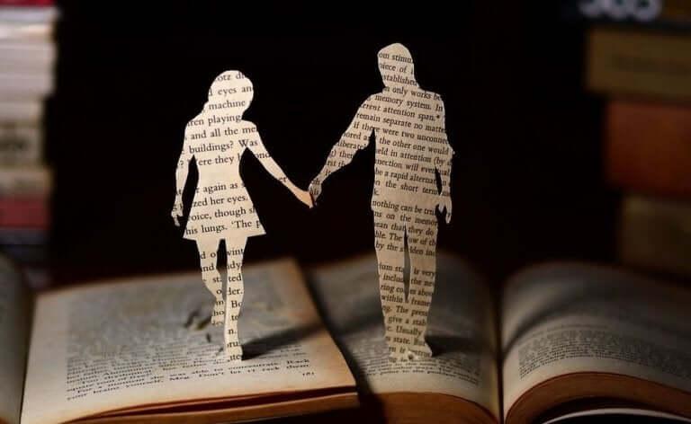 kitap sayfalarında el ele tutuşmuş iki kişi
