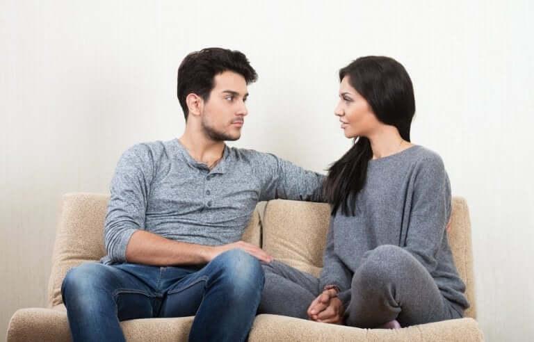 göz göze konuşan çift