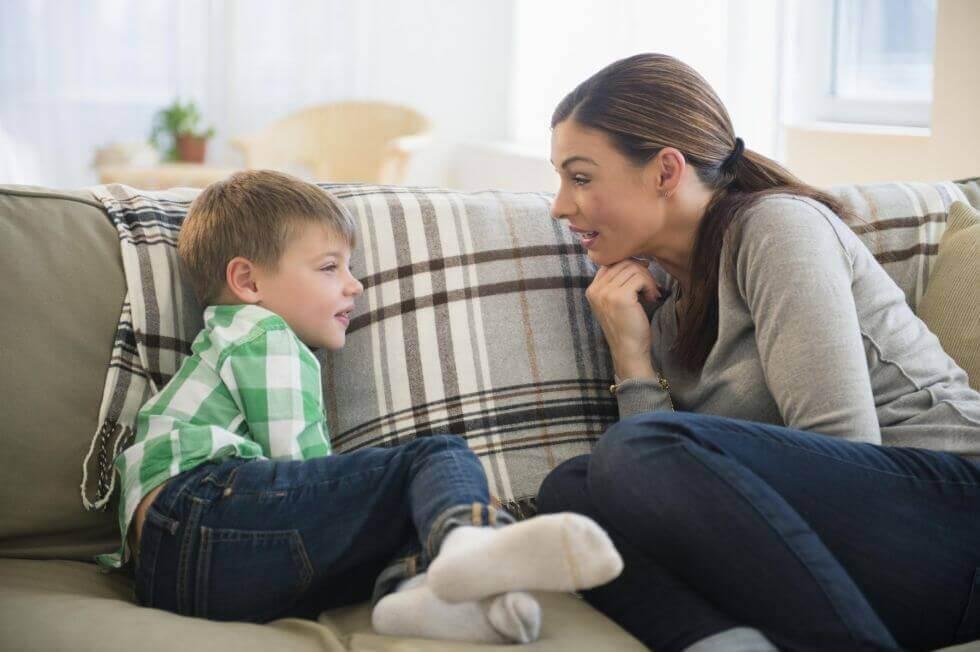 çocuğuyla konuşan ebeveyn