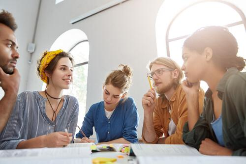 masada toplantı yapan gençler