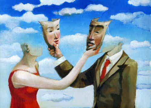 maskelerini değiştiren iki kişi