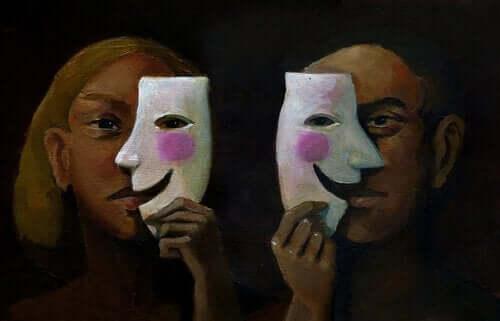 yarım maske takan iki kişi