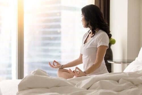 sessizce meditasyon yapan kadın