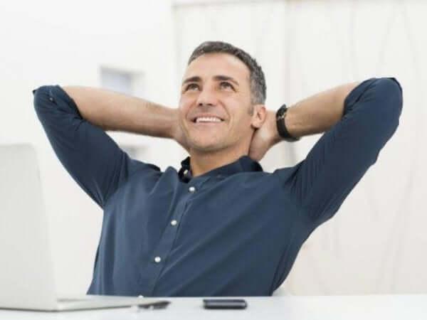 işyerinde mutlu olan adam