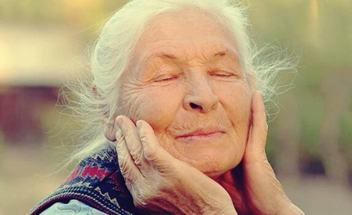 yanaklarını tutan mutlu kadın