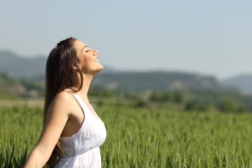 güneşe bakan mutlu kadın