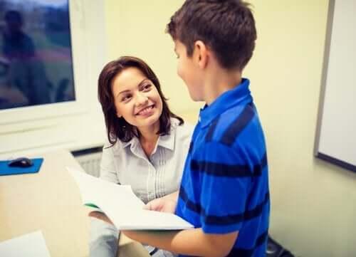 çocukla konuşan okul psikologu
