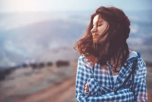 rüzgarlı vadide duran mutlu kadın