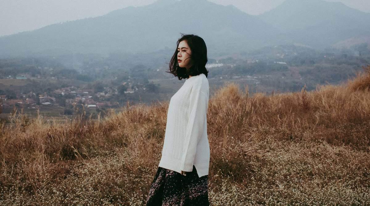 rüzgarlı çayırda duran kadın
