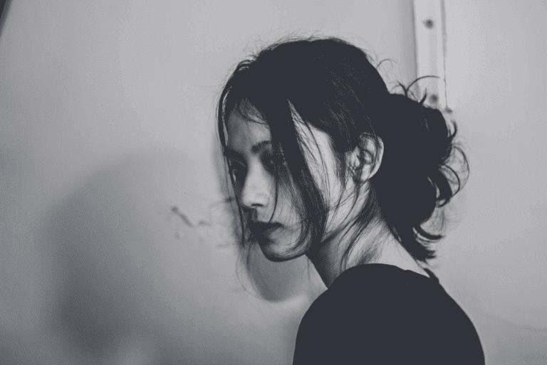 siyah beyaz karede üzgün kadın