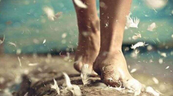 tüylü yolda yürüyen çıplak ayaklar