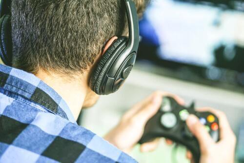 kulaklıkla video oyunu oynayan kafa