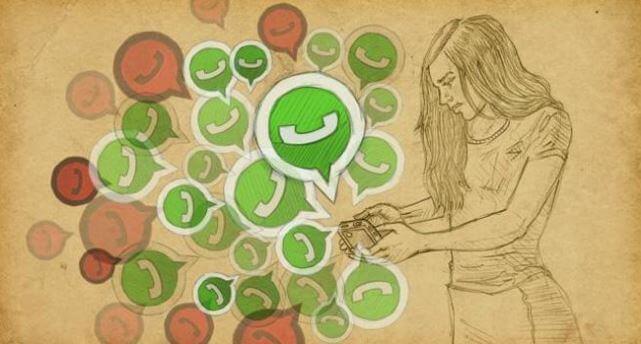 telefonunda whatsapp mesajları olan kadın