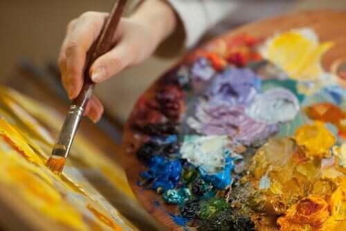 yağlı boya yapan eller
