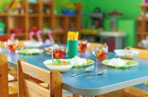çocuklara hazırlanmış yemek masası