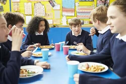 beraber yemek yiyen çocuklar