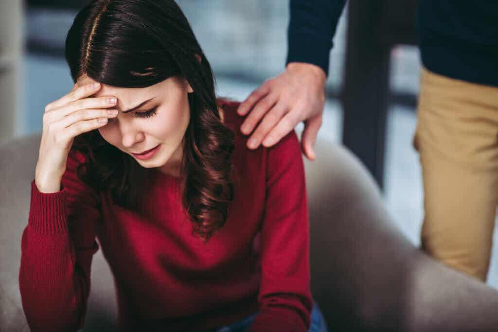 ağlayan kadını avutan el