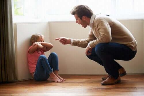 çocuğuna bağıran baba