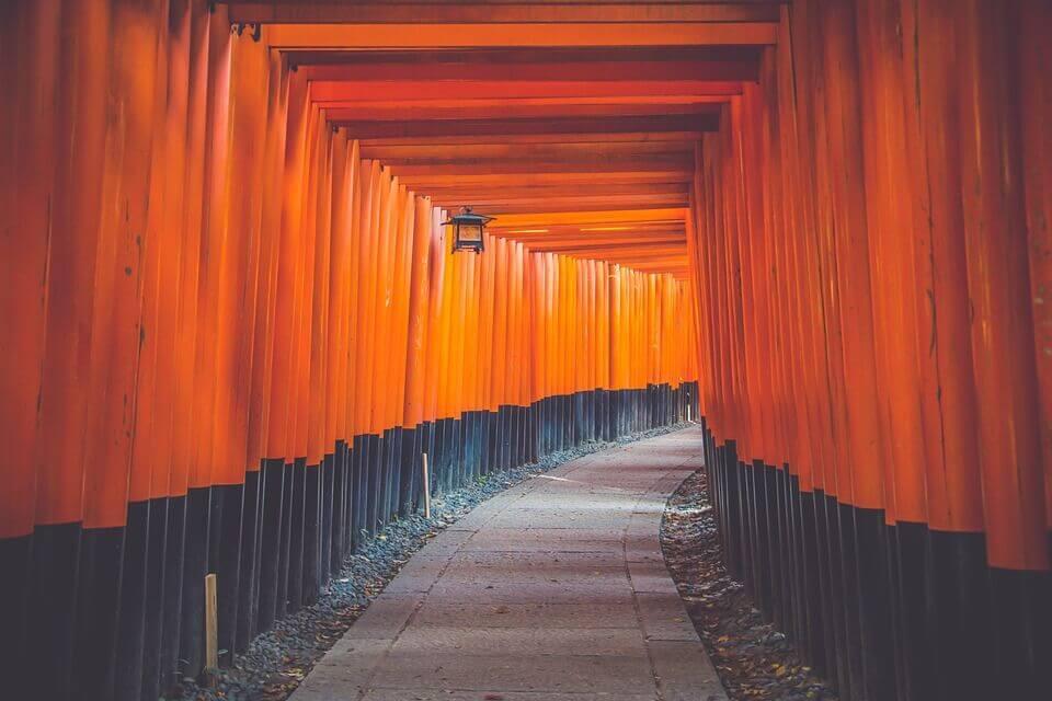 siyah ve turuncuya boyanmış bambulardan yapılmış bir koridor