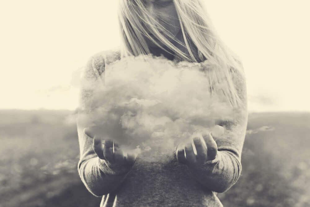 ellerinde minik bir bulut tutan kadın