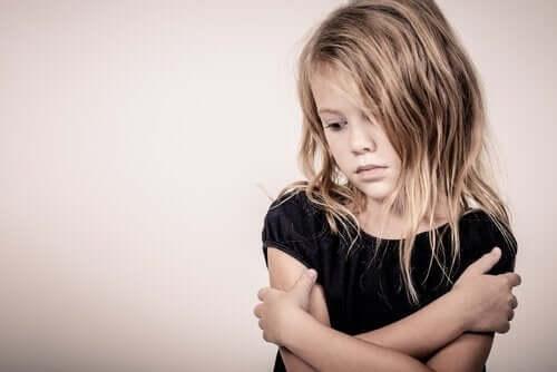 kendine sarılan üzgün kız