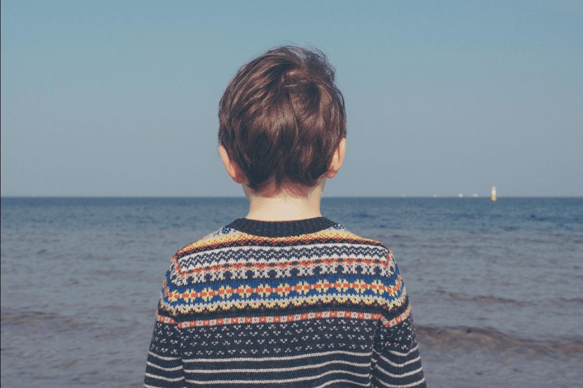 denize bakan üzgün çocuk