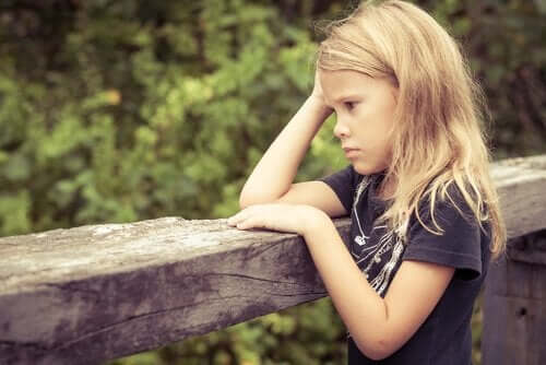 düşünceli küçük kız