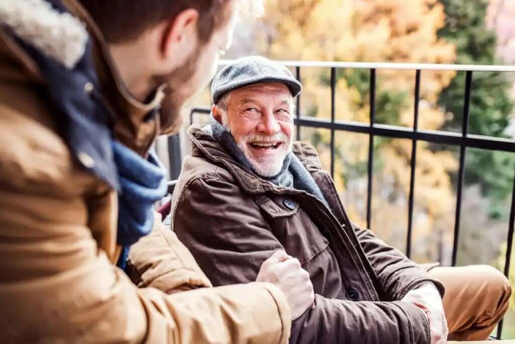 genç ve yaşlı adam konuşuyor