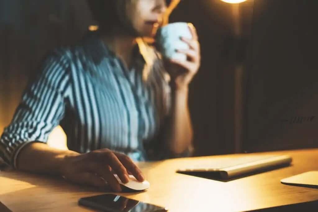 kahve içerek gece gece çalışan kadın