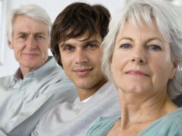 genç adam ve yaşlı ebeveynler