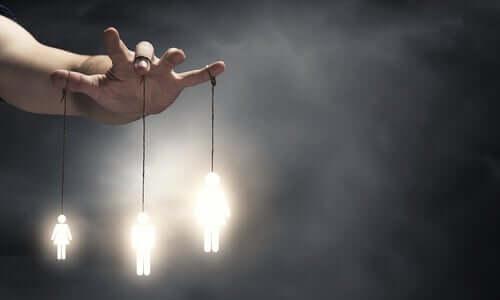 iple parmaklara bağlı ışıklı figürler