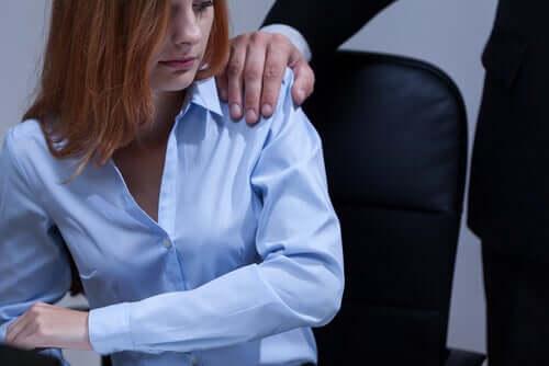 iş yerinde cinsel istismara uğrayan kadın