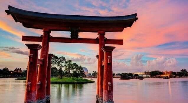 suda bir Japon tapınak geçidi