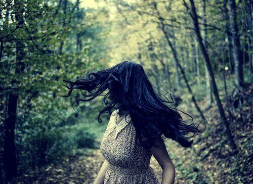 ormanda bir şeylerden kaçan kadın