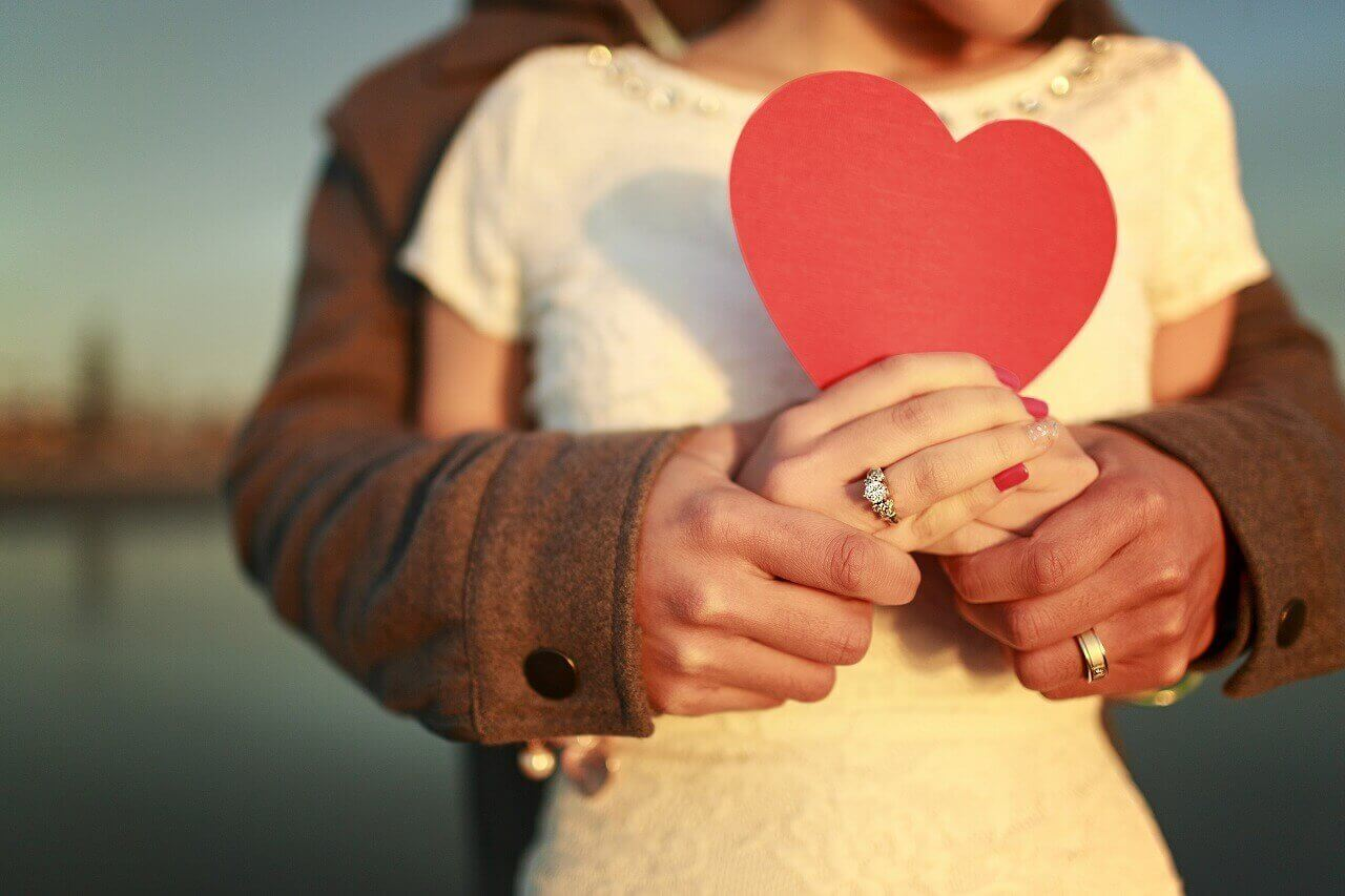 beraber kalp tutan çift