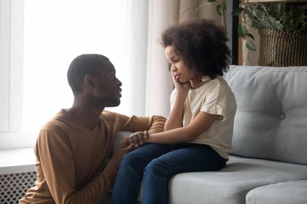 çocuğuyla konuşan baba