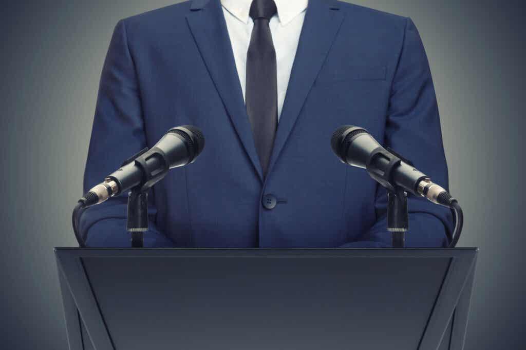 konuşma yapan politikacı