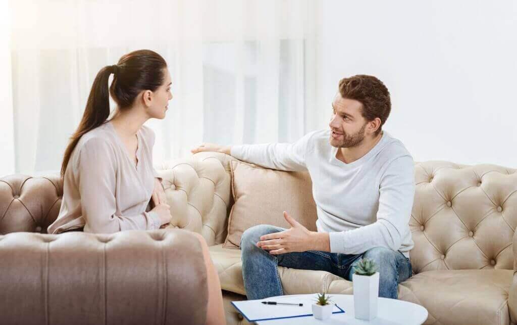 koltukta oturmuş konuşan çift
