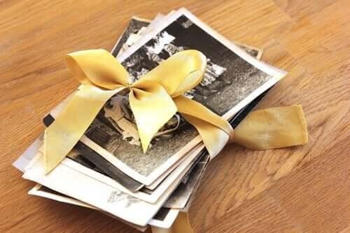 sarı kurdeleyle bağlanmış fotoğraflar
