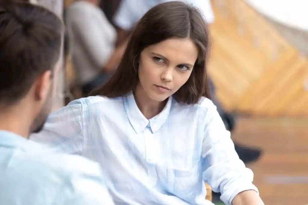karşısındaki insana öfkeli bir kuşkuyla bakan kadın