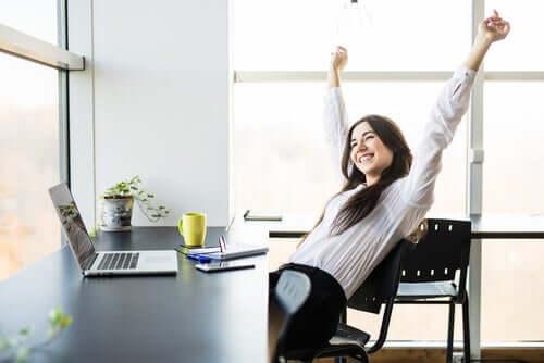 mutlu çalışan kadın