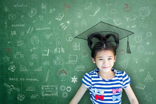 arkasındaki tahtada mezuniyet şapkası olan çocuk