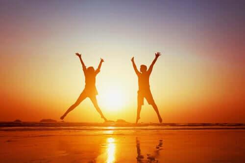 suda zıplayan mutlu çift